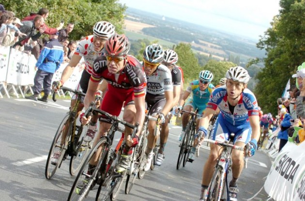 Cadel Evans leads Alberto Contador up the climb to Mur de Bretagne. Photo Fotoreporter Sirotti.