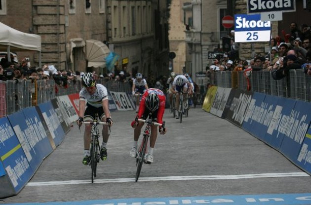 Cadel Evans and Stefano Garzelli sprint. Photo copyright Fotoreporter Sirotti.