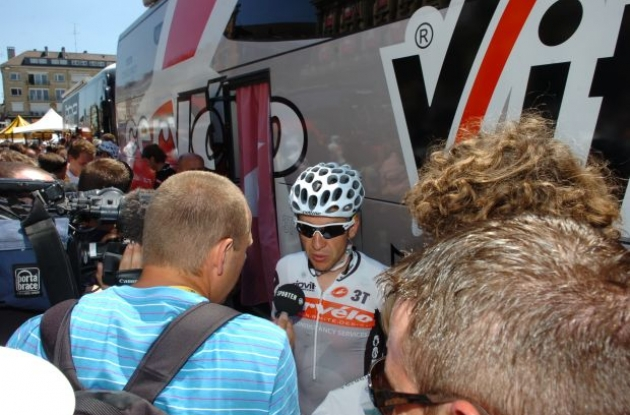 Cervelo TestTeam's Carlos Sastre is interviewed by reporters in the finish area. Photo copyright Fotoreporter Sirotti.