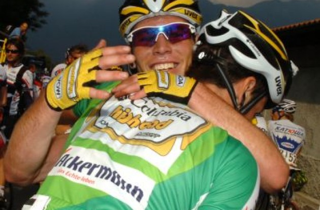 Huggy-huggy. Cavendish hugs Eisel. Photo copyright Fotoreporter Sirotti.