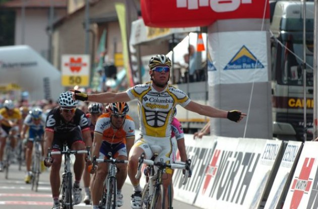 Mark Cavendish (Team Columbia-Highroad) takes the stage win ahead of Freire (Team Rabobank) and Hushovd (Cervelo TestTeam). Photo copyright Fotoreporter Sirotti.