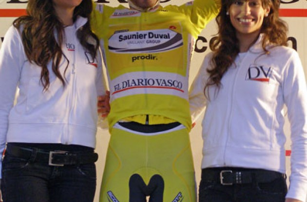 Cobo (Saunier Doval) on the podium with the Basque podium girls.