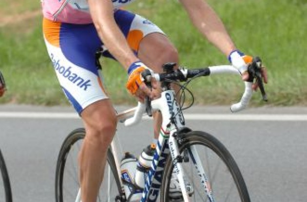 Denis Menchov (Rabobank) trying to look pretty in pink .. and orange. Photo copyright Fotoreporter Sirotti.