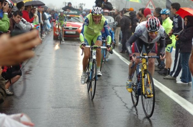 Evans and Basso combat the rain. Photo copyright Fotoreporter Sirotti.