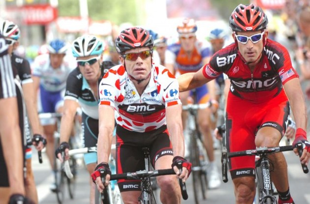 George Hincapie protected Cadel Evans in the final kilometers of today's stage 3 of the Tour de France 2011. Photo Fotoreporter Sirotti.