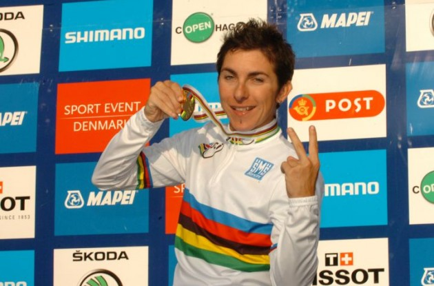 Italy's Giorgia Bronzini shows her gold medal. Photo Fotoreporter Sirotti.