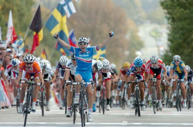 Giorgia Bronzini renews world champion title in Rudersdal, Denmark ahead of Marianne Vos who takes her 5th silver medal. Germany's Ina Teutenberg wins bronze. Britain's Lizzie Armitstead finished 7th. Photo Fotoreporter Sirotti.