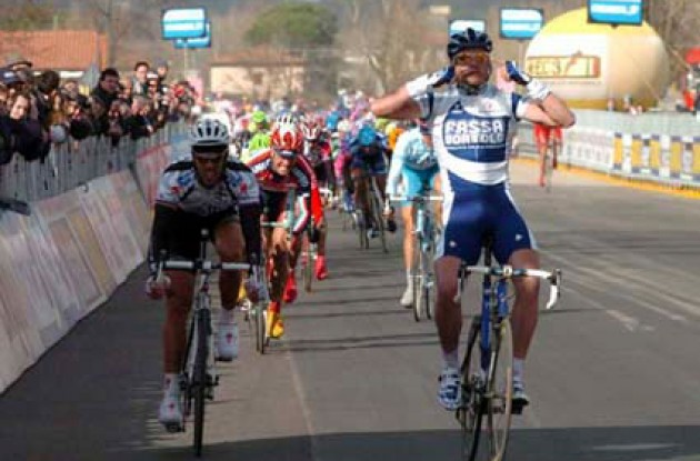 Petacchi beats the Lion King Mr. Mario Cipollini. Photo copyright Fotoreporter Sirotti.