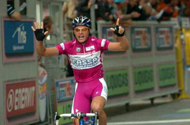 Petacchi takes his win # 7 in this year's Giro. Photo copyright Fotoreporter Sirotti.