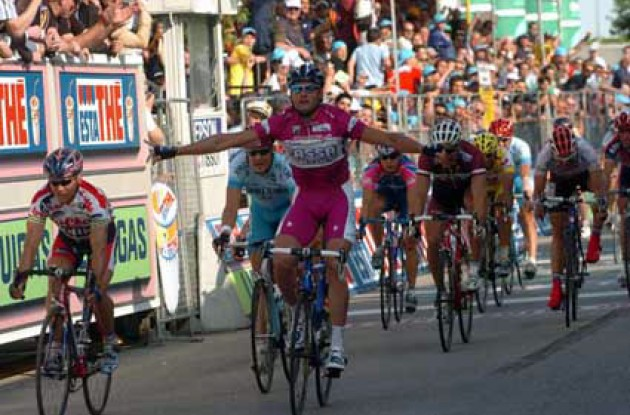 Petacchi crosses the finish line to take his 8th win in this year's Giro. Photo copyright Fotoreporter Sirotti.