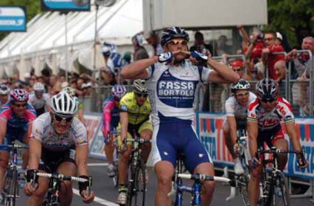 Petacchi takes the win ahead of Cipollini and co. Photo copyright Fotoreporter Sirotti.