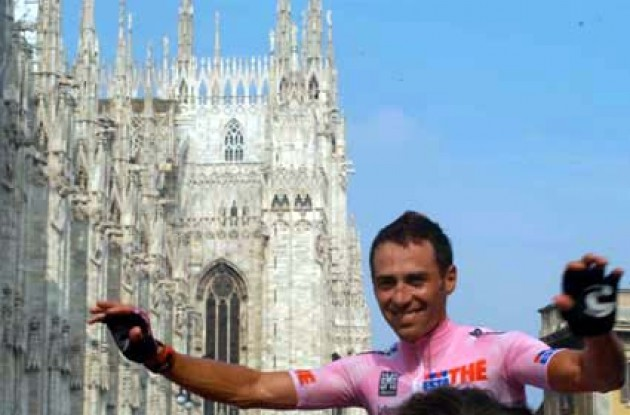 Simoni in front of the cathedral in Milan. Photo copyright Fotoreporter Sirotti.