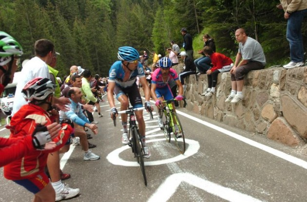 Team Garmin-Barracuda's Ryder Hesjedal leaves Michele Scarponi behind. Photo Fotoreporter Sirotti.