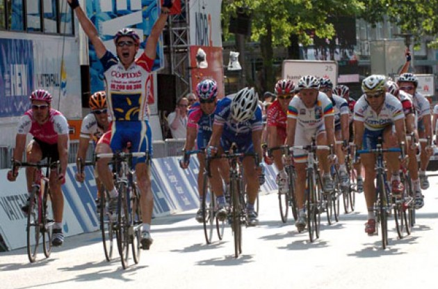 Stuart O'Grady takes the win in Hamburg ahead of Bettini, Astarloa and Freire. Photo copyright Fotoreporter Sirotti.