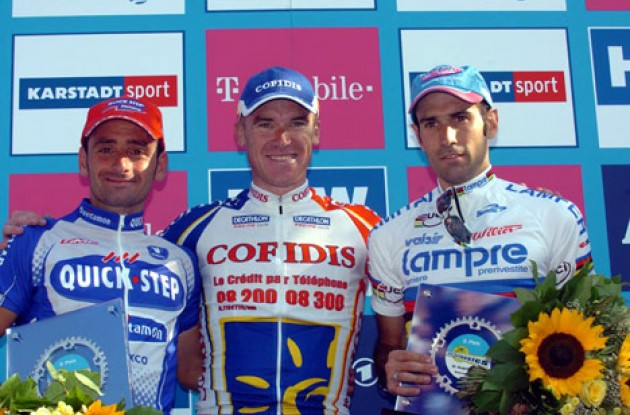 Top 3 on the podium. From left to right: Paolo Bettini (2nd), Stuart O'Grady (1st), and Igor Astarloa (3rd). Photo copyright Fotoreporter Sirotti.