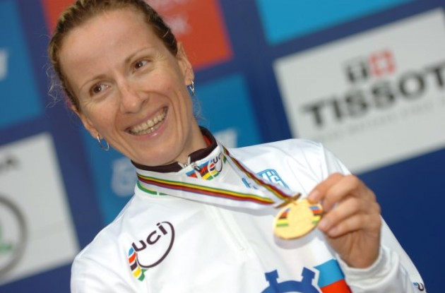 World Champion Judith Arndt of Germany with her well-deserved gold medal. Photo Fotoreporter Sirotti.