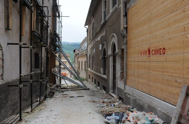 The stage finished in the central Italian city of L'Aquila, devastated by a huge earthquake in April 2009, and passed through several villages which had also been hit. Photo copyright Fotoreporter Sirotti.