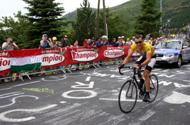 Lance arrives and looks around at top of Alpe d'Huez for Tony and Channing. Photo copyright Roadcycling.com.