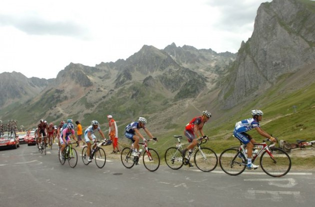 Carlos Barredo, Lance Armstrong, Damiano Cunego, Chris Horner, Ignatas Konovalovas and others climb. Photo copyright Fotoreporter Sirotti.