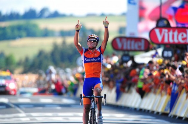 Luis Leon Sanchez (Team Caisse d'Epargne) takes a beautiful stage win. Photo copyright Fotoreporter Sirotti.