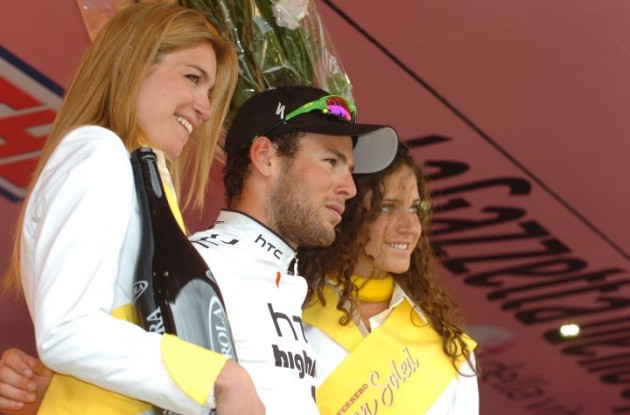 Mark Cavendish celebrates his stage 10 win with the charming Italian podium girls. Photo Fotoreporter Sirotti.