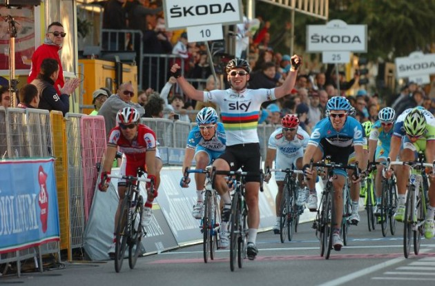 Mark Cavendish powers to stage victory. Photo Fotoreporter Sirotti.