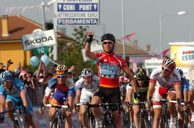Mark Cavendish grabs third stage victory for Team Sky in 2012 Giro d'Italia. Photo Fotoreporter Sirotti.