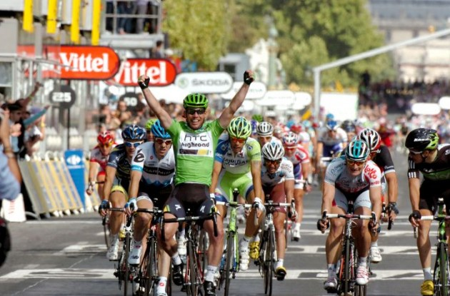 Mark Cavendish powers to stage victory on Champs Elysees for the third year in a row. Photo Fotoreporter Sirotti.