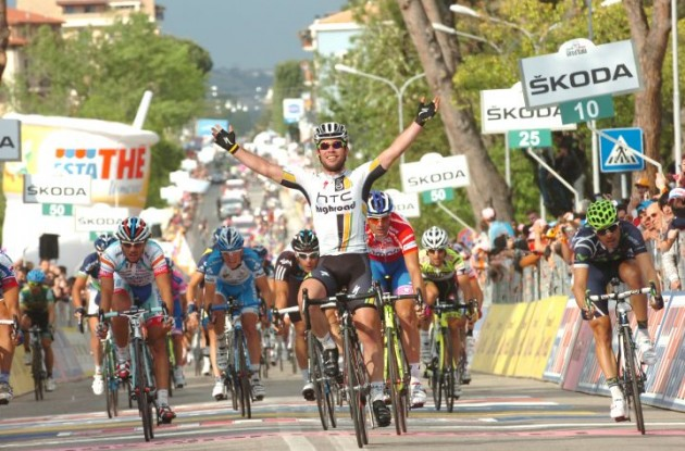 Mark Cavendish (Team HTC-HighRoad) powers to win in stage 10 of the Giro d'Italia 2011. Photo Fotoreporter Sirotti.