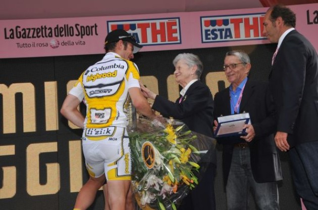 Mark Cavendish (Team Columbia-Highroad) greets Mr. and Mrs. Bartali (Team Faded). Photo copyright Fotoreporter Sirotti.