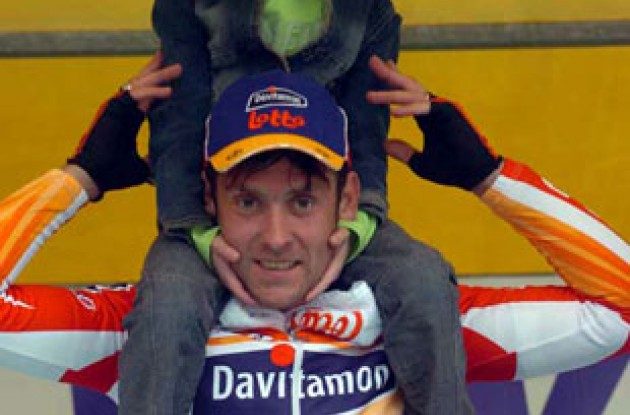 Mattan on the podium with his kids. Photo copyright Fotoreporter Sirotti.