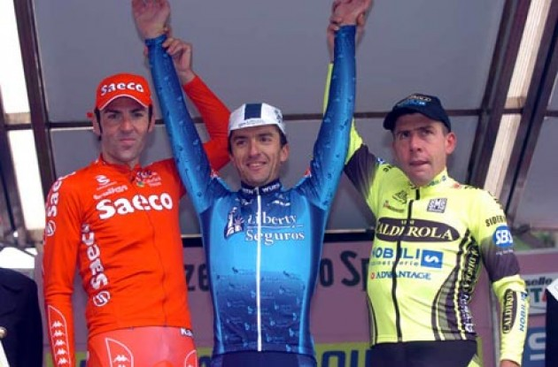 The podium in Milano. From left to right: Eddy Mazzoleni (2nd - Saeco), Marcos Serrano (1st - Liberty Seguros), and Francesco Casagrande (3rd - Vini Caldirola). Photo copyright Fotoreporter Sirotti.