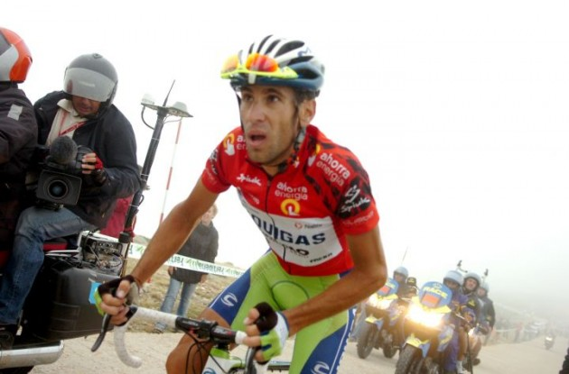 Nibali chases Mosquera up the final climb of the 2010 Vuelta a Espana. Photo copyright Fotoreporter Sirotti.