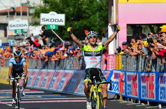 Oscar Gatto wins stage 8 of the Giro d'Italia 2011 ahead of Alberto Contador. Photo Fotoreporter Sirotti.
