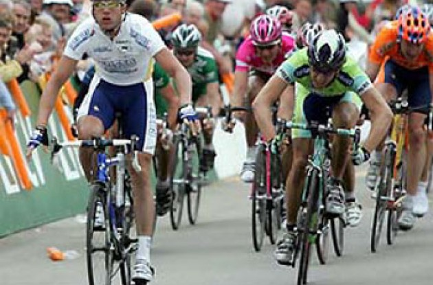 Petacchi takes the win. Photo copyright Roadcycling.com.
