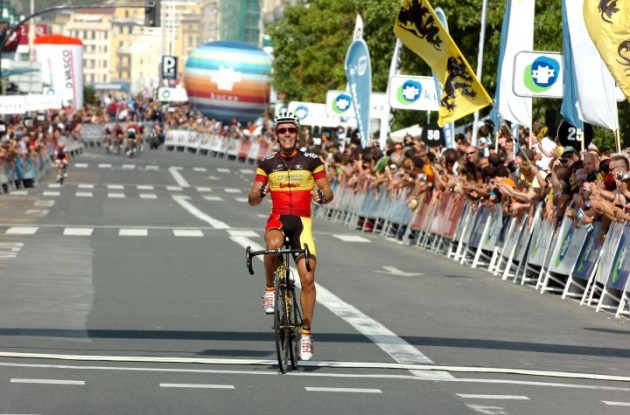 Philippe Gilbert beats Tom Boonen. Photo copyright Fotoreporter Sirotti.