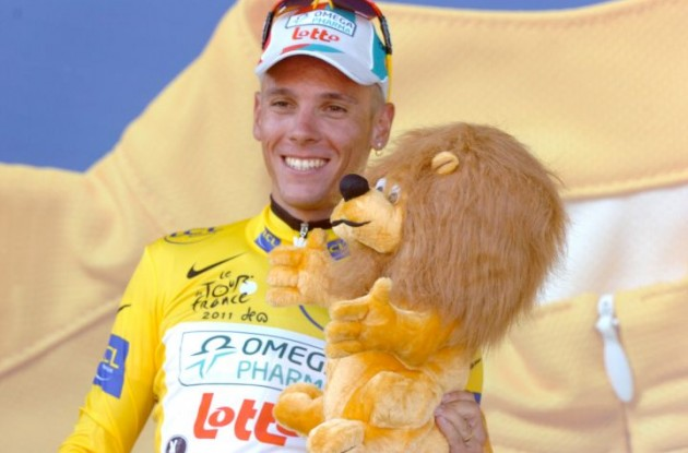 Philippe Gilbert now wears the yellow leader's jersey and has got a new lion teddy for his little kid. Photo Fotoreporter Sirotti.