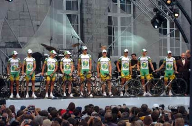 Fit for fight - The audience checks out nine strong Phonak riders.