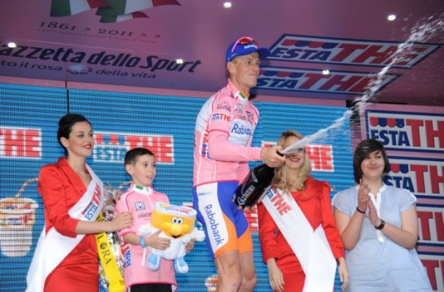 Pieter Weening celebrates his continued Giro lead on the podium. Photo Fotoreporter Sirotti.