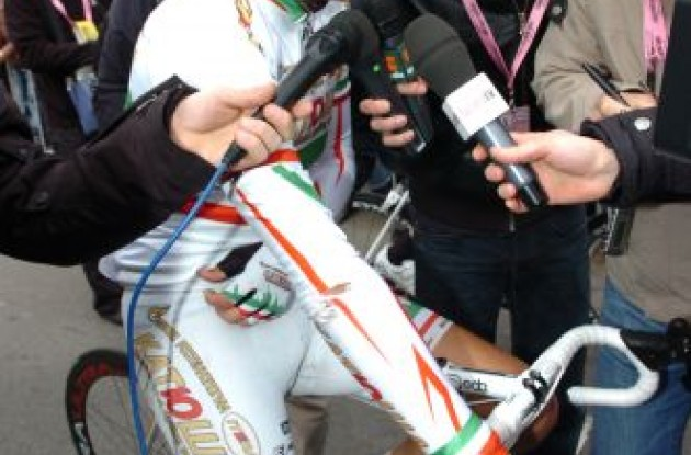 Pozzato discusses his crash. Photo copyright Fotoreporter Sirotti.
