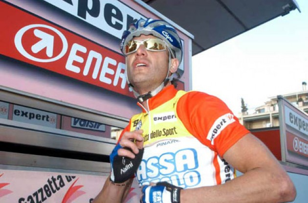 Alessandro Petacchi prepares for a long day in the saddle. Photo copyright Fotoreporter Sirotti.