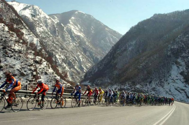 The peloton on its way from Tivoli. Photo copyright Fotoreporter Sirotti.