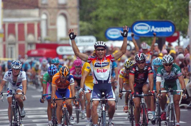Robbie McEwen takes the stage win. Photo copyright Fotoreporter Sirotti.