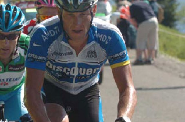 Lance Armstrong closely followed by Leipheimer and Vinokourov. Photo copyright Fotoreporter Sirotti.