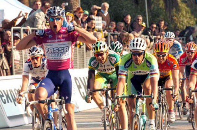 Alessandro Petacchi wins ahead of Mario Cipollini. Photo copyright Fotoreporter Sirotti.