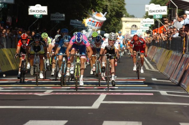 Petacchi vs. Cavendish. Who will prevail tomorrow? Stay tuned to Roadcycling.com to find out. Photo Fotoreporter Sirotti.