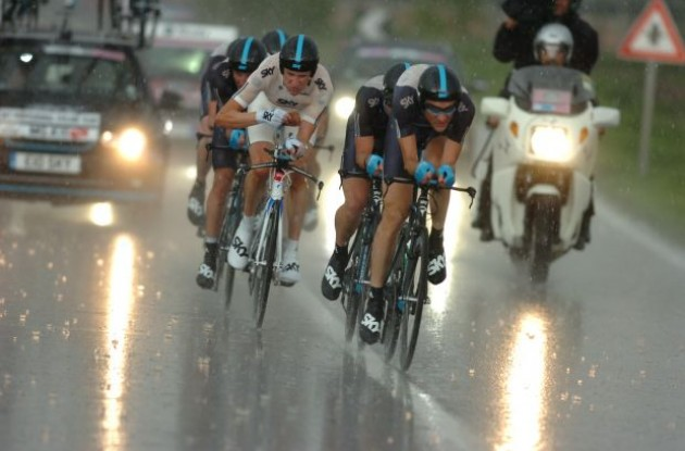 Bradley Wiggins and his Team Sky mates struggle in the rain. Photo copyright Fotoreporter Sirotti.