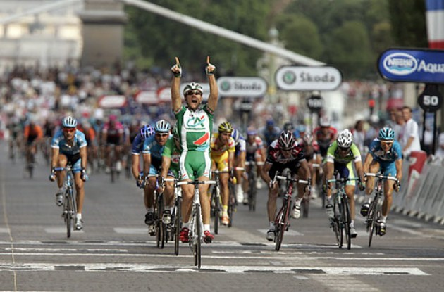 Thor Hushovd wins on Champs Elysees, Paris.