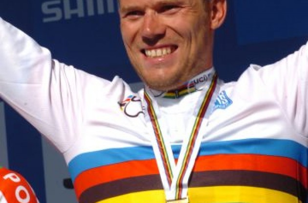 Thor Hushovd on the podium in his new World Champion rainbow jersey .. not yet reading Team Garmin-Cervelo. Photo Fotoreporter Sirotti.