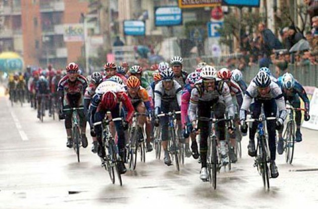 Petacchi beats Cipollini on the line. Photo copyright Fotoreporter Sirotti.